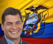Rafael Correa junto a la bandera de Ecuador