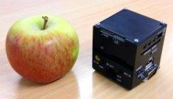 SpaceCube comparado con una manzana